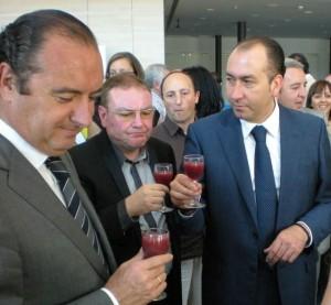 el alcalde de elche con el zumo de granada granavida