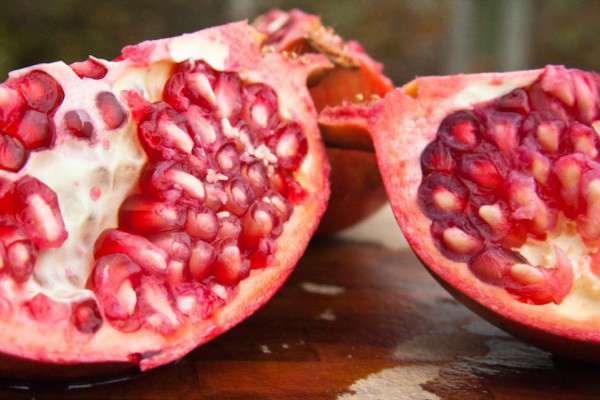 la granada contiene vitamina b